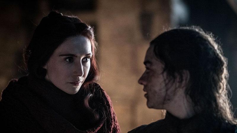 Melisandre al decirle a Arya que le quedan unos ojos verdes en Game of Thrones.