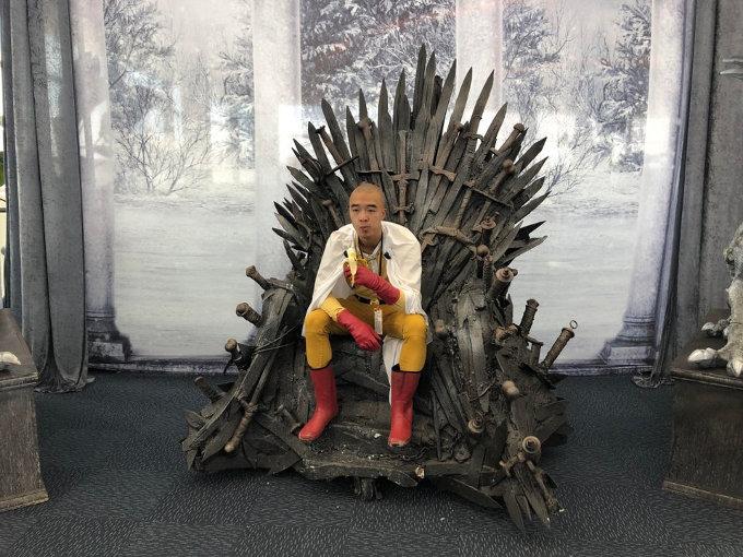 Saitama de One-Punch Man en el Trono de Hierro... ¿qué podría malir sal?