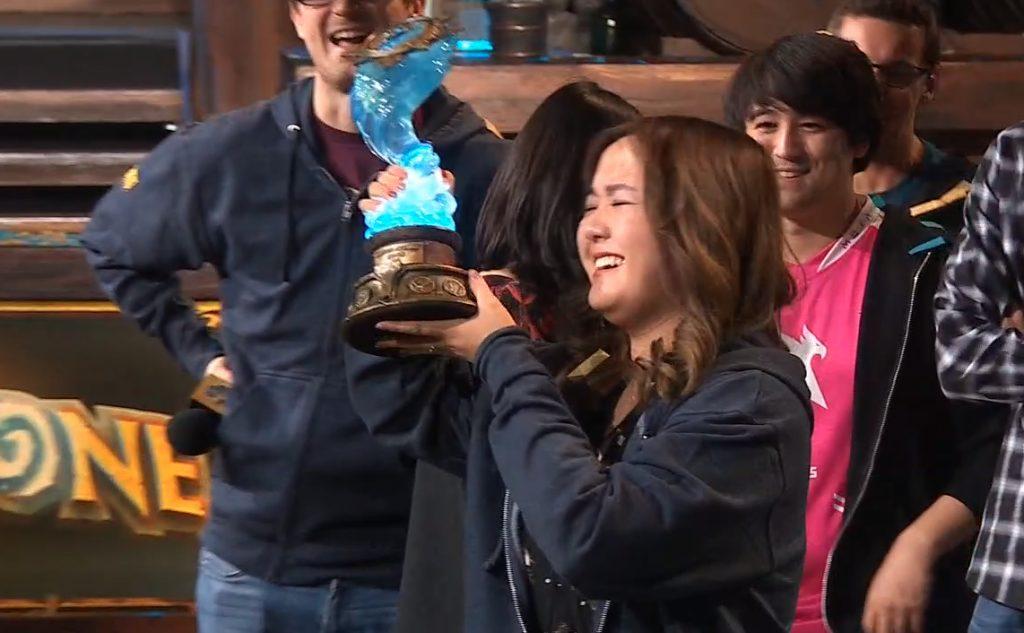 VKLioon obteniendo su trofeo por ganar el torneo de Hearthstone en Blizzcon 2019