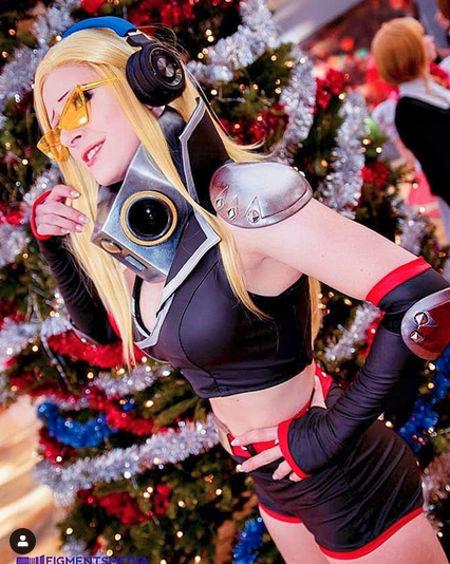 Present Mic de My Hero Academia cambia de sexo con el cosplay