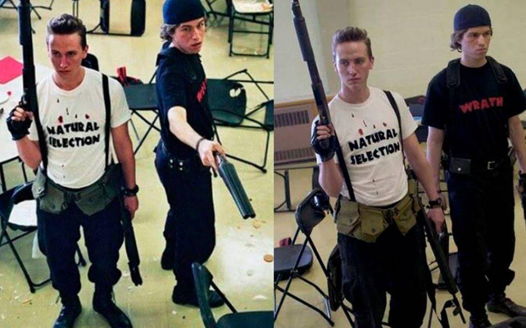 El niño que supuestamente jugaba videojuegos, portó una playera con la leyenda Natural Selection de la masacre de Columbine