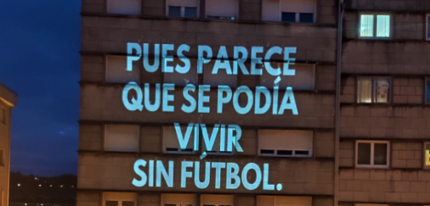 """Proyección del mensaje """"pues parece que se podría vivir sin futbol"""" en un edificio."""