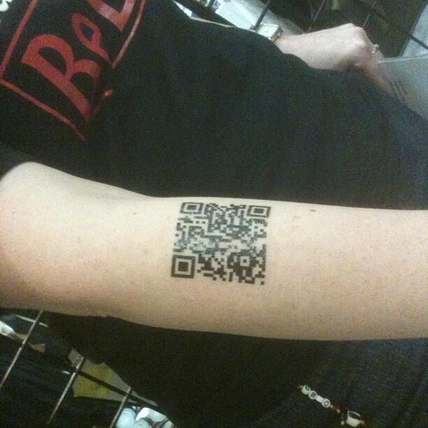 Fotografía de un tatuaje de un código QR en el brazo