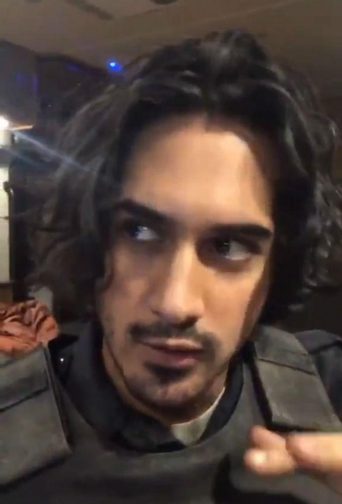 Fotografia de Avan Jogia como Leon en el reboot de Resident Evil